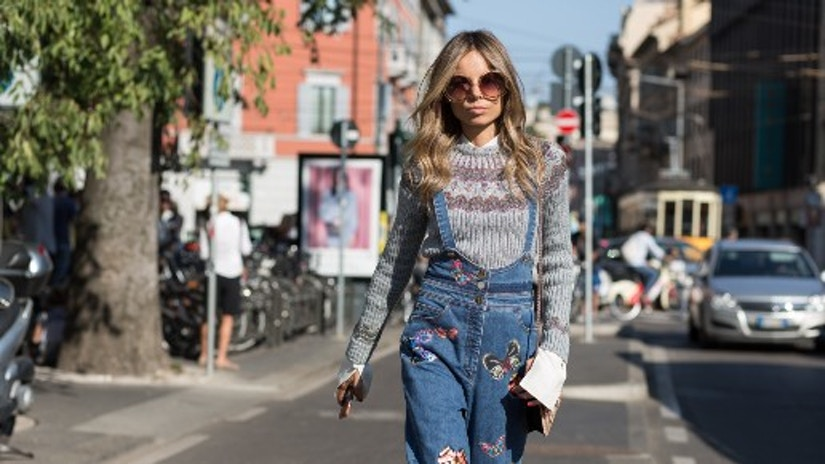 Eine Frau mit Mustermix-Kleidung auf der Straße.