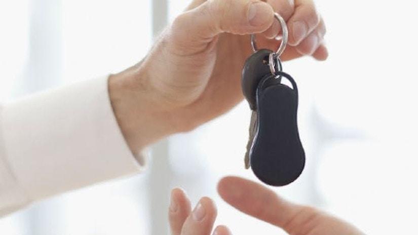 Man überreicht Autoschlüssel