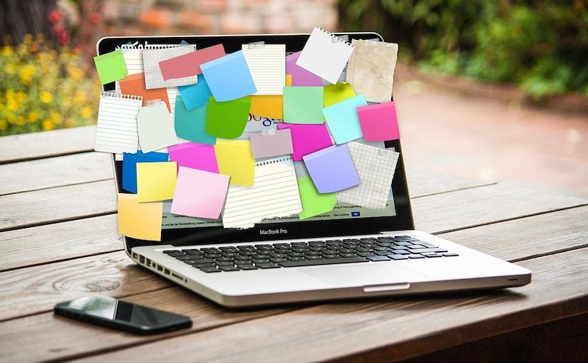 Laptop mit Notizen drauf