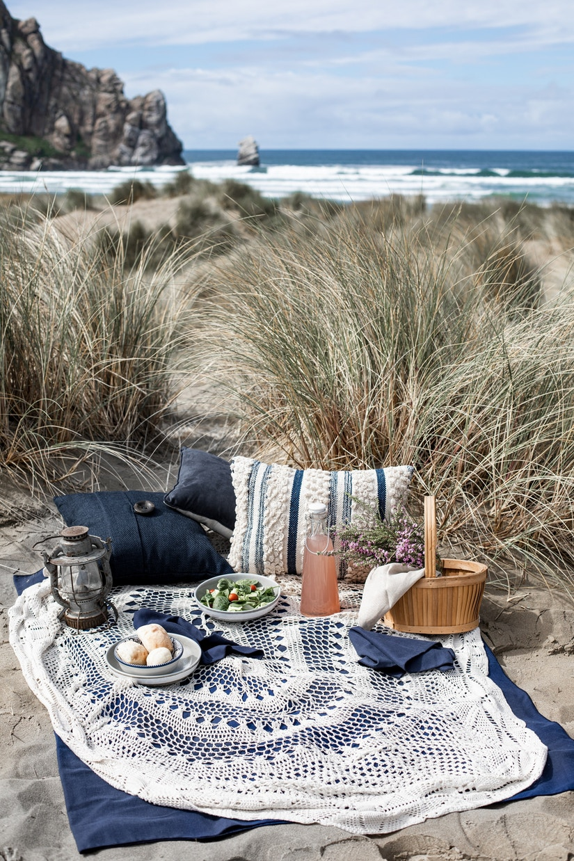 Picknick-Decke mit Snacks am Strand