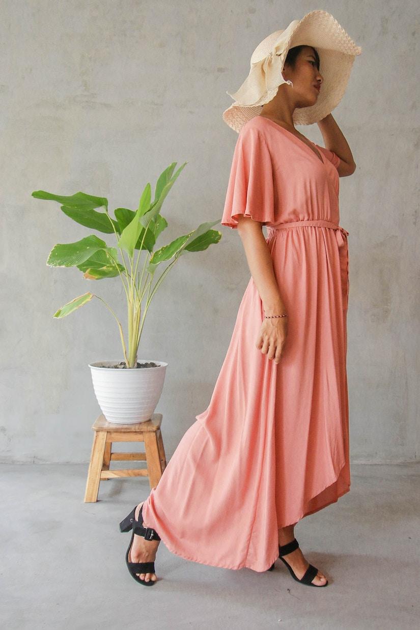 Frau mit Hut und rosa Kleid