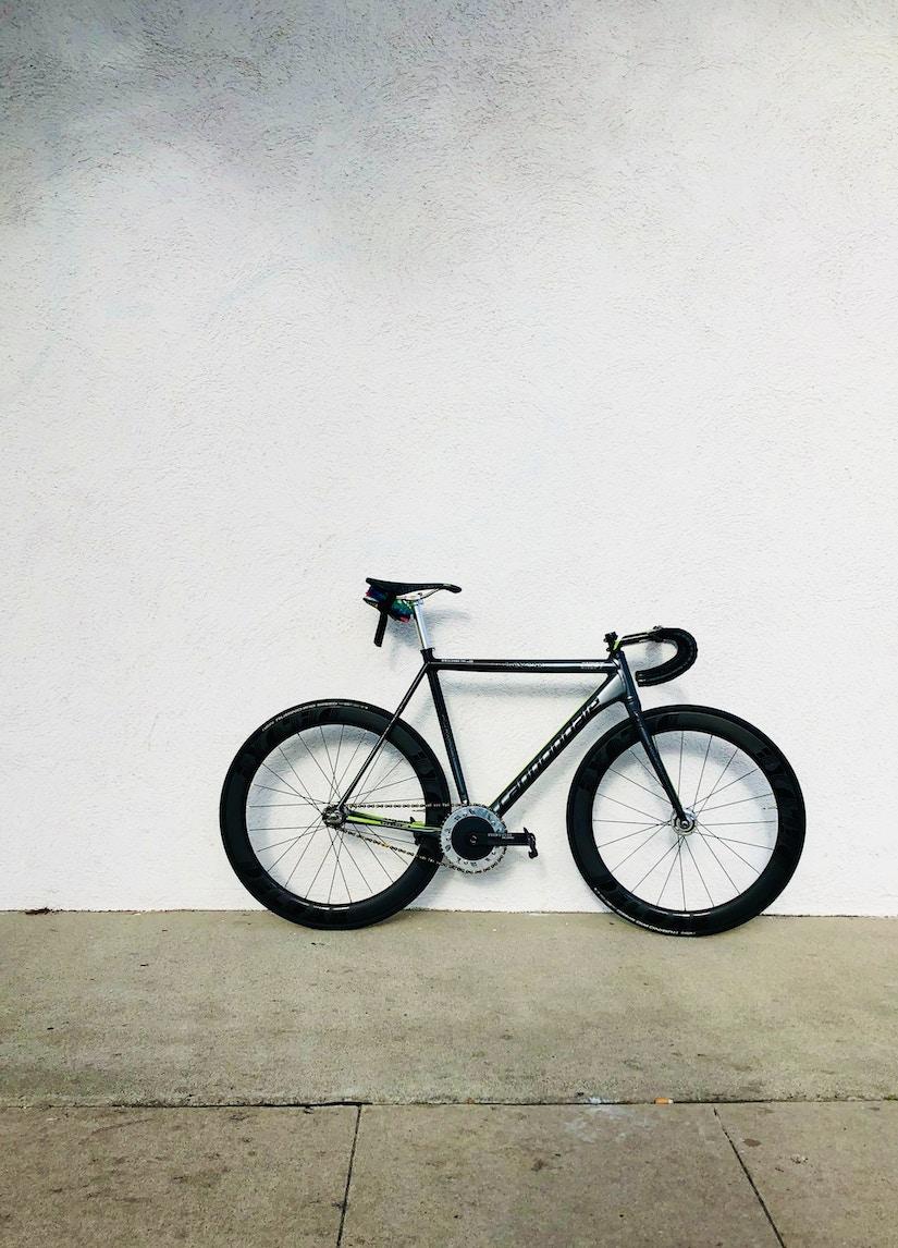 Rennrad steht an weißer Wand