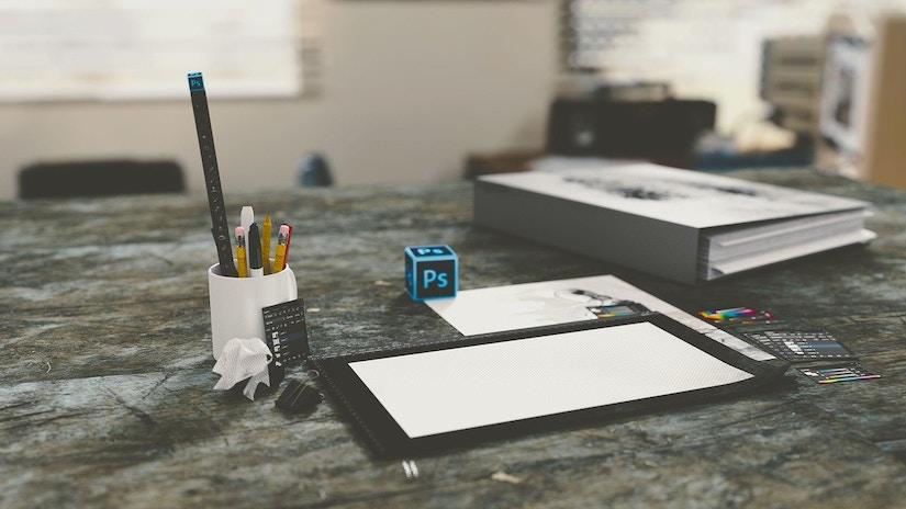 Auf dem Schreibtisch liegen verschiedene Büroartikel