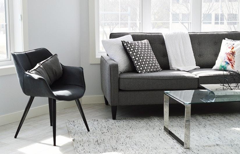 Grau eingerichtetes Wohnzimmer
