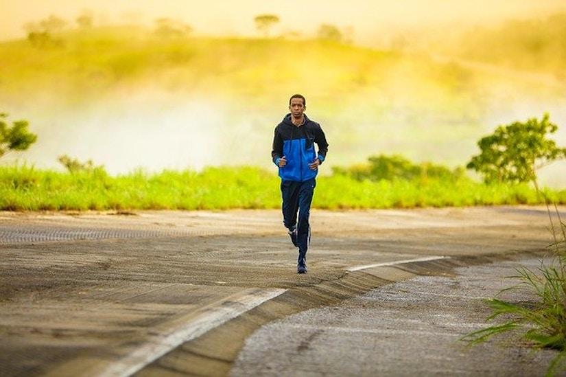 Mann joggt leere Straße entlang