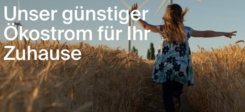 Mädchen läuft durch ein Kornfeld.