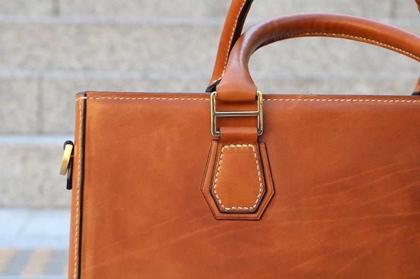 Nahaufnahme einer Lederhandtasche