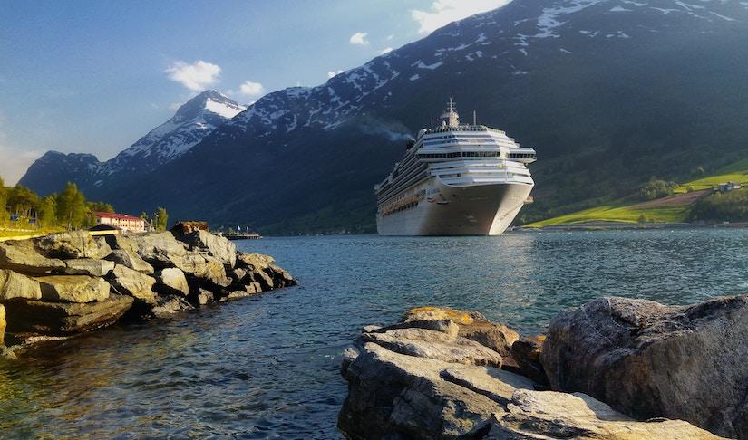 Kreuzfahrtschiff in Fjord