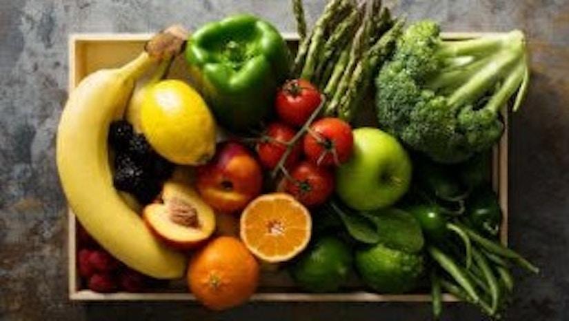 Eine Kochbox mit Gemüse und Obst.