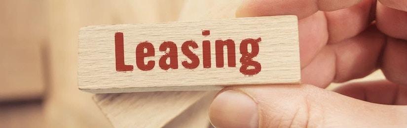 Ein Holzklotz mit der Aufschrift Leasing