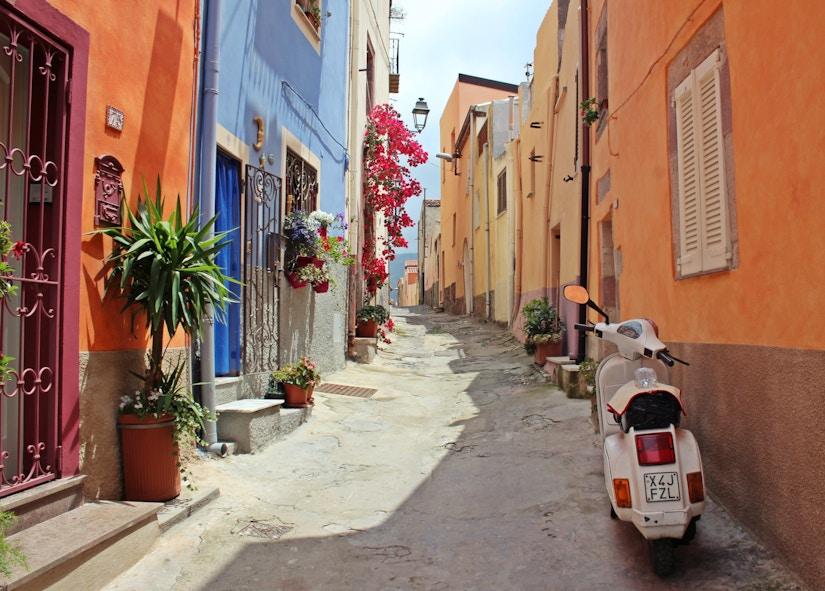 Kleine Straße in einem italienischen Dorf