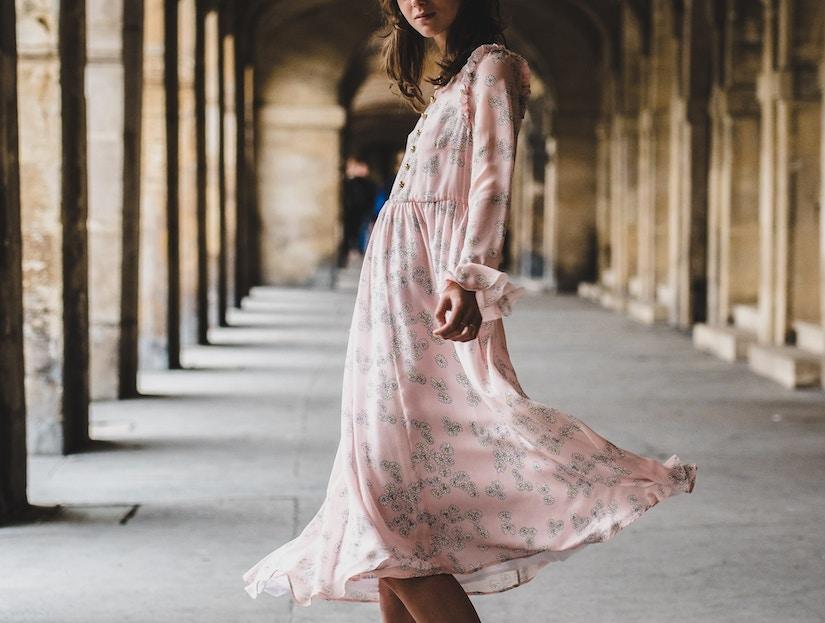 Frau mit Kleid in Säulengang