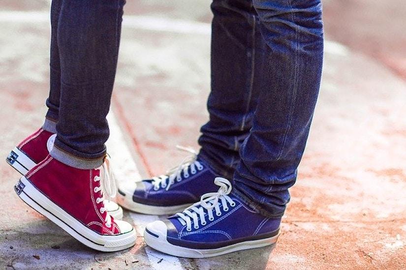 Rote und blaue Sneaker