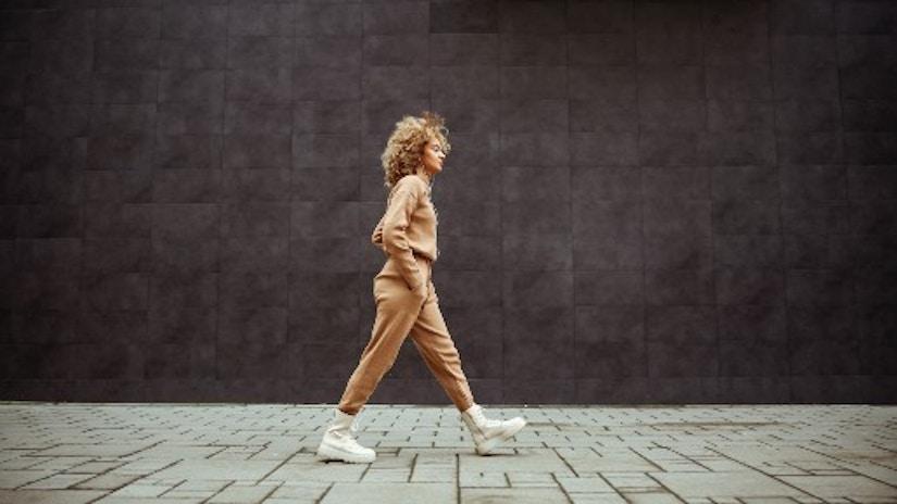 Eine Frau im Loungwear auf der Straße.