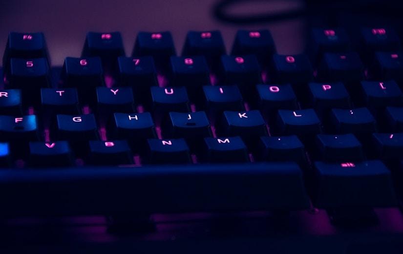 Tastatur mit leuchtenden Buchstaben