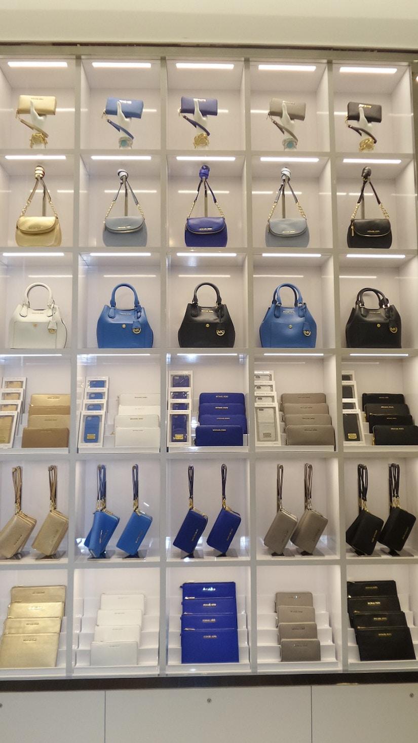 Auswahl an verschiedenen Handtaschentypen in verschiedenen Farben