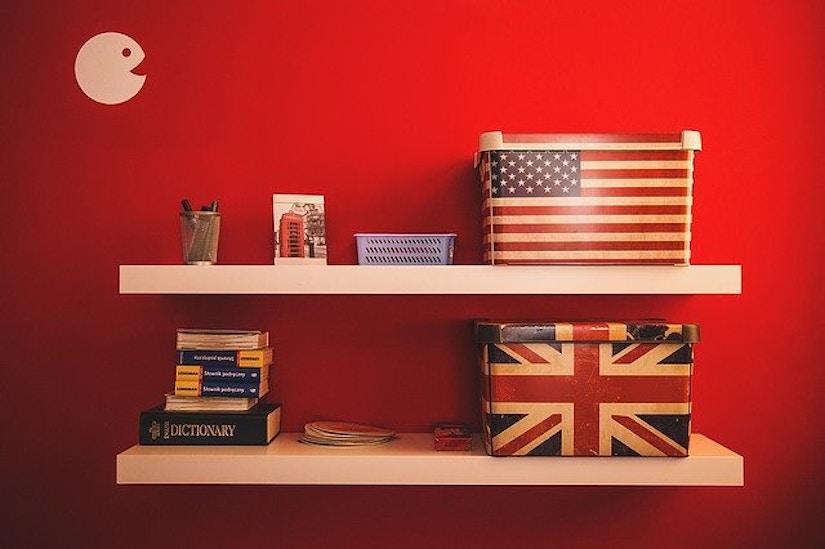 Regal mit Büchern und Boxen