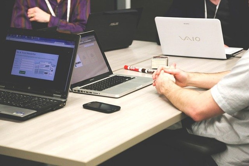 verschiedene Laptops, Tisch, Treffen