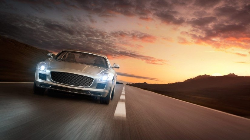 Ein Auto im Sonnenuntergang.
