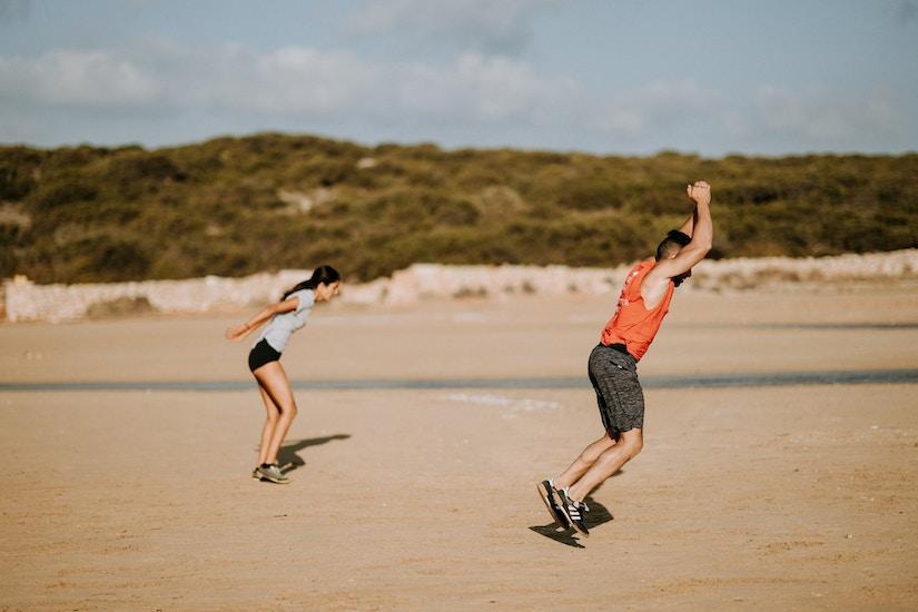 Paar macht Sport am Strand