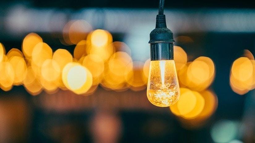 Glühbirne vor verschwommenem Hintergrund