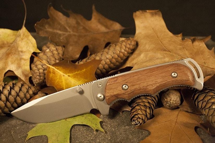 Outdoor-Messer liegt auf Herbstblättern