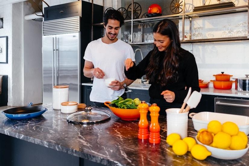 Ein Paar bereitet Essen vor