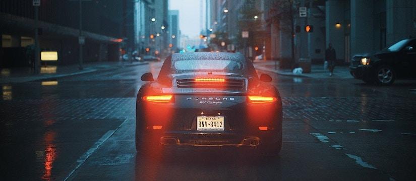 Porsche 911 Carrera mit texanischem Nummernschild von hinten fotografiert
