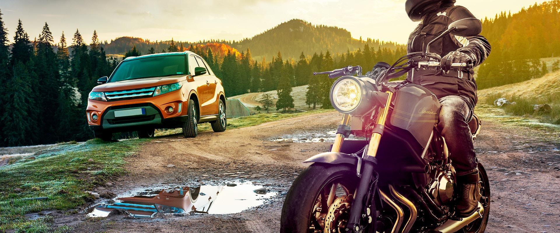 Ein Auto und ein Motorrad bei Sonnenuntergang.