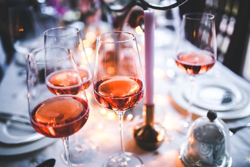 Weingläser auf dem gedeckten Tisch