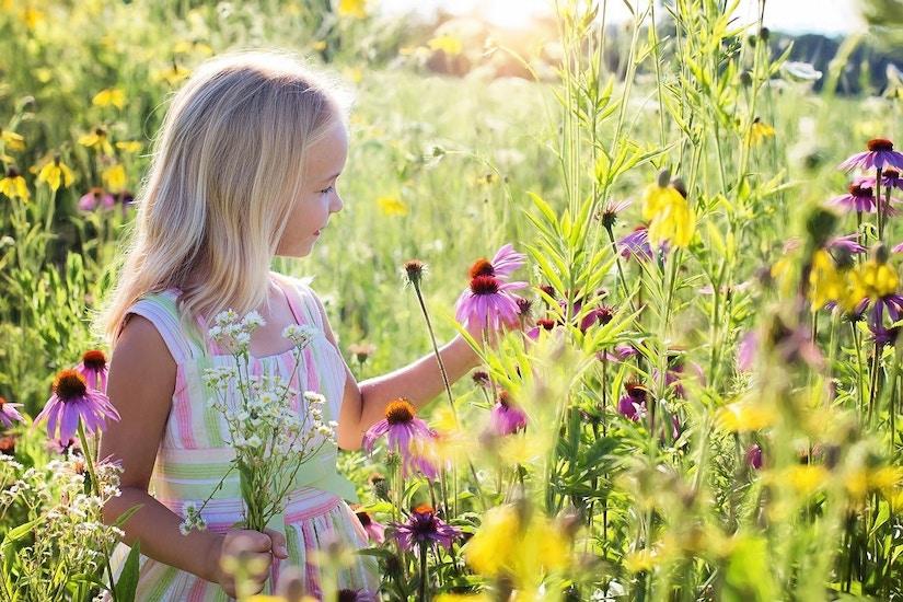 Kleines Mädchen mit Blumen