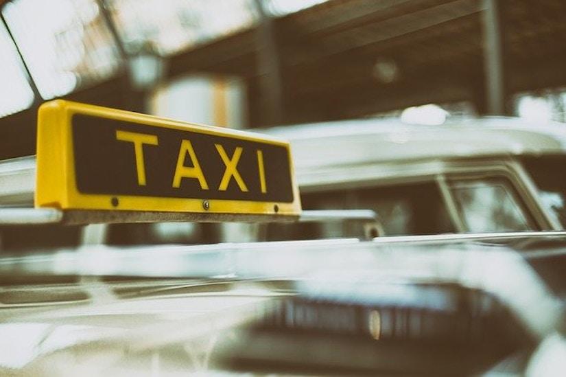 Taxischild auf Auto