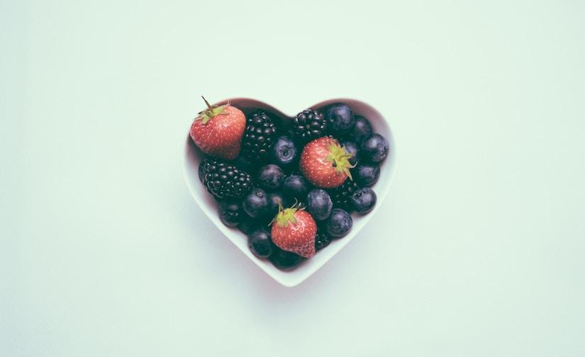 Herzförmige Schale mit Beeren
