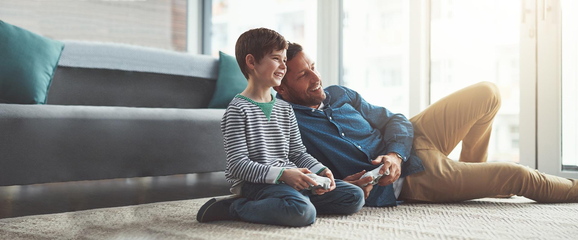 Ein Vater und sein Sohn spielen Playstation