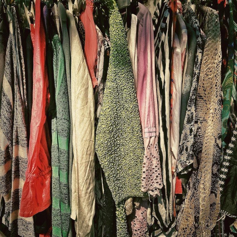 Second Hand Mode auf Kleiderständer