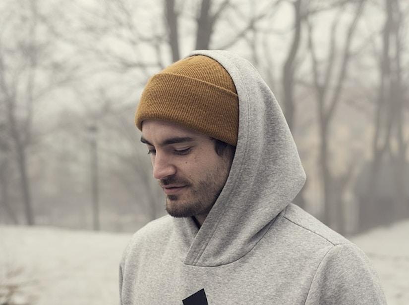Man mit Mütze und und Kapuzenpullover in Winterlandschaft