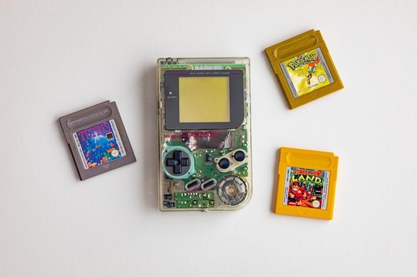 Gameboy mit durchsichtigem Gehäuse und verschiedene Spielekassetten
