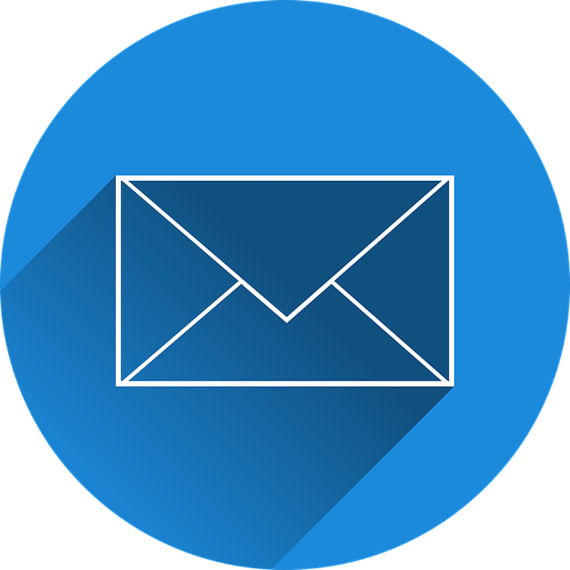 Briefumschlag auf blauem Hintergrund