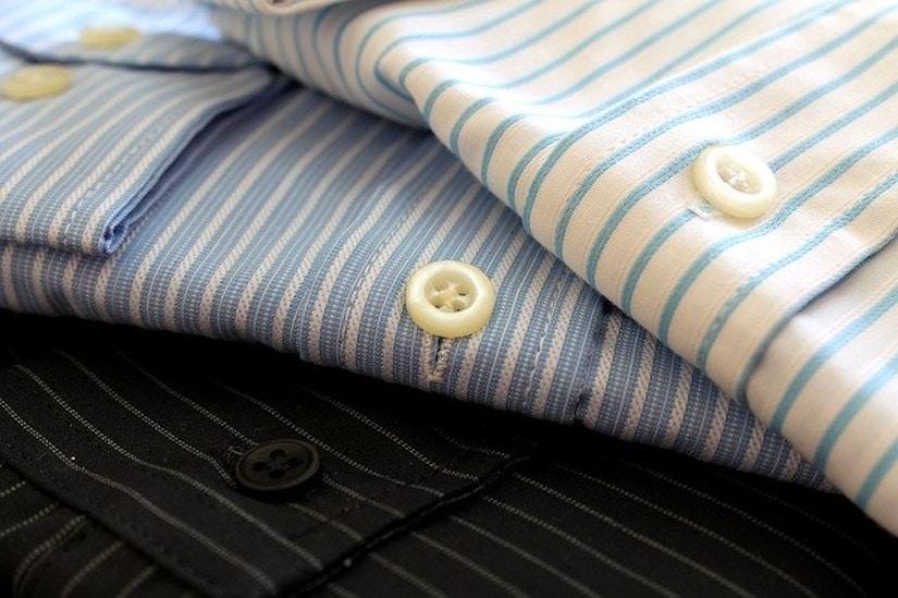 drei Hemden: weiß, blau, schwarz