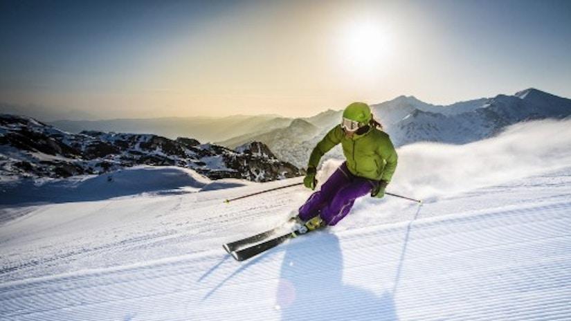 Eine Person auf Skiern im Schnee