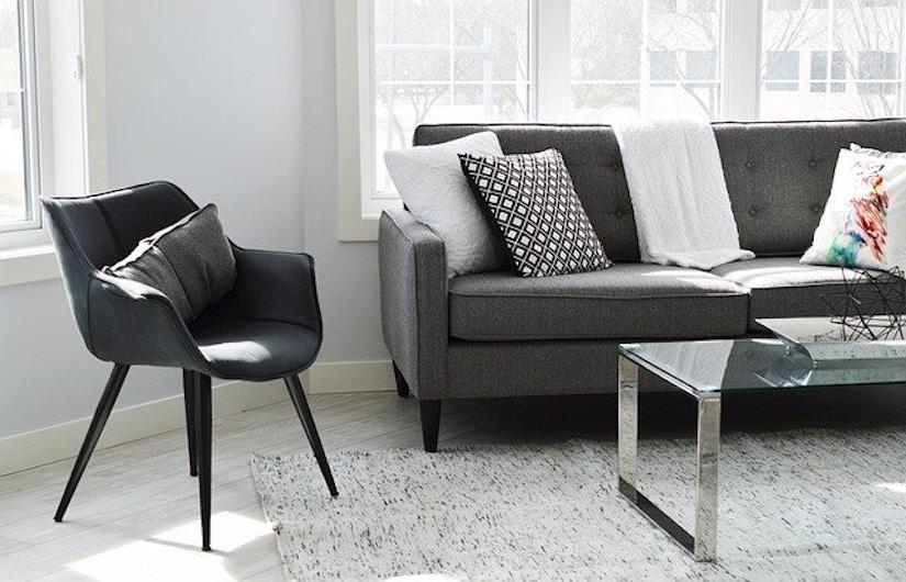 Wohnzimmer mit Stuhl und Couch