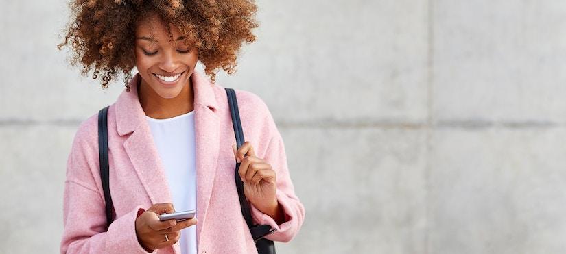 Frau lächelnd mit Handy