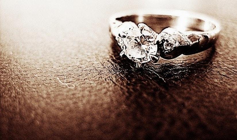 Diamantring auf Lederoberfläche.