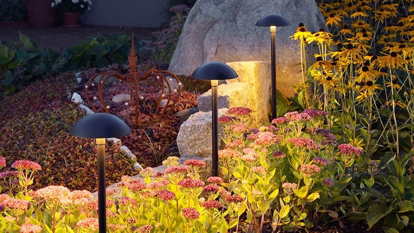 Außenleuchten in einem Garten mit Blumen