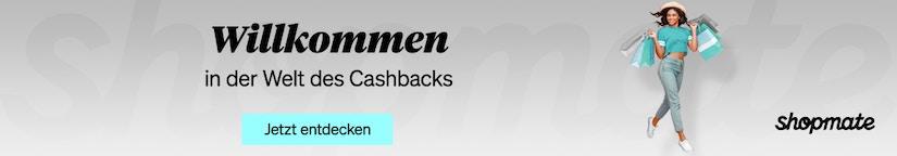 Eine Frau mit Einkaufstüten auf grauem Hintergrund