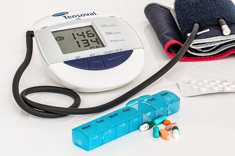 Blutdruckmessgerät und Pillendose