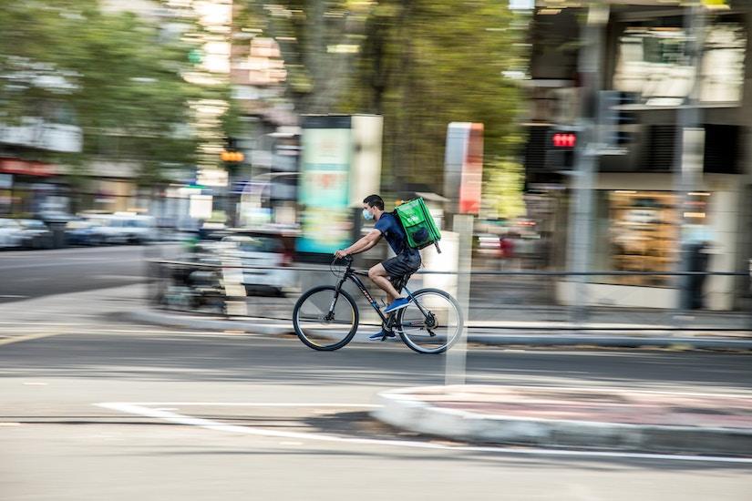 Fahrrad-Bote an Kreuzung