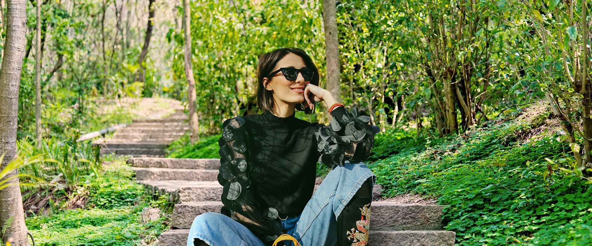 Eine Frau sitzt im Park