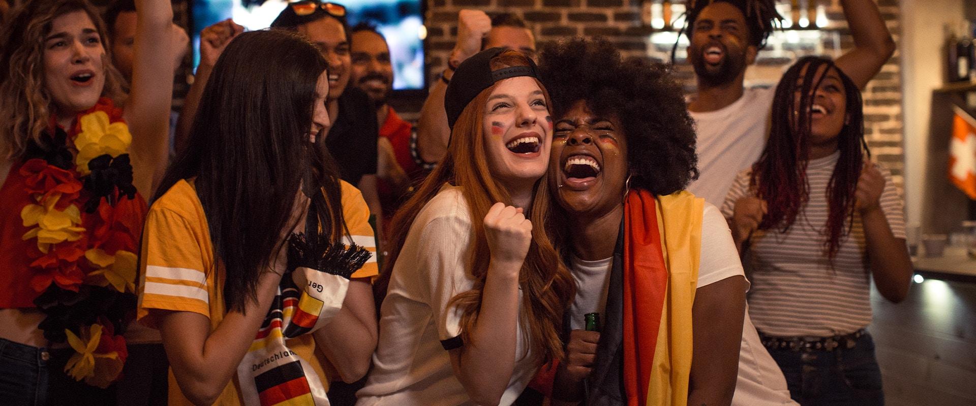 Fußballfans mit Deutschland-Flagge jubeln