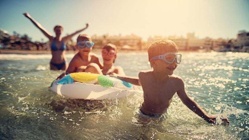 Eine Familie im Urlaub im Meer